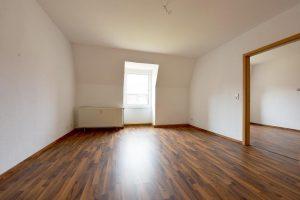 Zum sofort einziehen * Schicker Fußboden + große Küche mit Balkonzugang * sehr schöner Grundriss